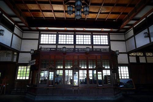 旧大社駅内はとても天井が高く、和風シャンデリアがモダンな感じでおしゃれ。ガラス越しに駅員の人形達が・・・。待合室や、きっぷうりばに何体もの人形があり昔の風景をリアルに感じることが出来ます。.jpg